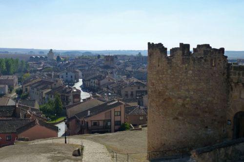 Villa de Turégano extendiéndose a los pies de su castillo
