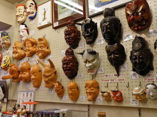 Máscaras en una tienda de souvenirs típicos de Japón