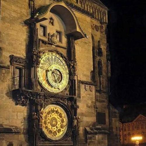 Vista nocturna del Reloj Astronómico de Praga