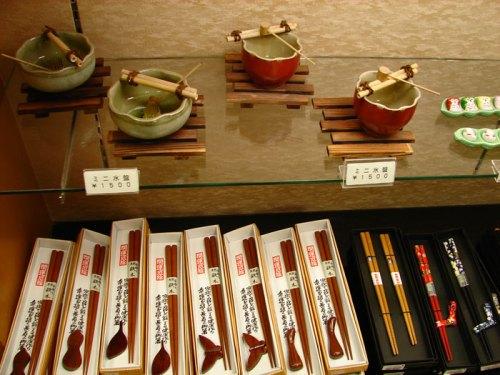 Muestra de cerámica tradicional japonesa, junto con los palillos para comer