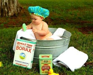 bebé bañándose sólo