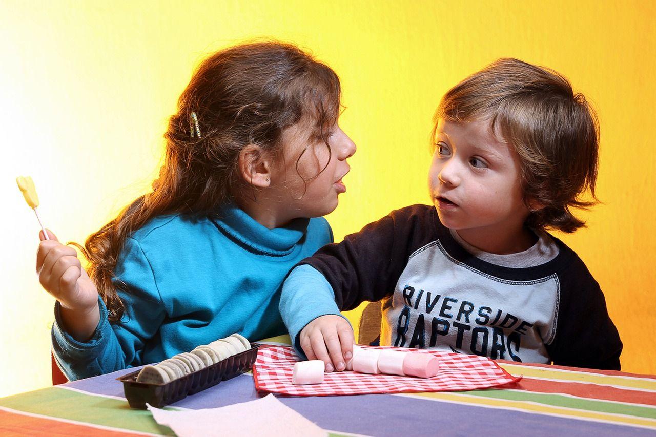niños con golosinas