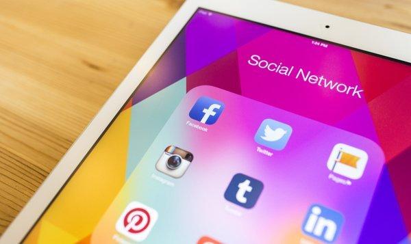 ipad-social-media-facebook-instagram-twitter