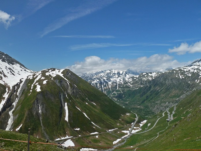 No topo do Furkapass com vista para Grimselpass