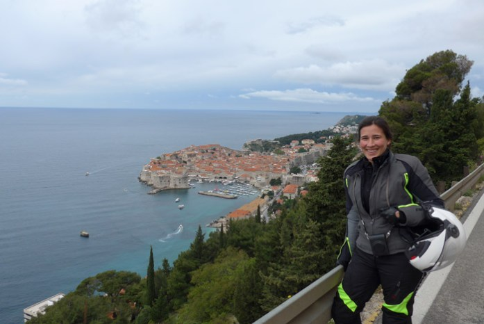 Viagem mota pela Croácia. Vista da estrada panorâmica para Dubrovnik Old Town