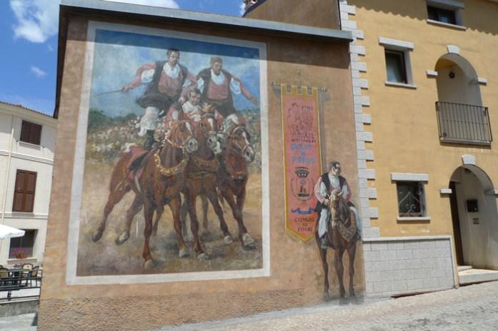 Murais da Sardenha pelas montanhas de Orgòsolo.