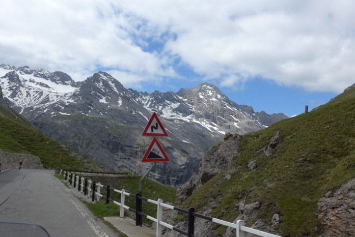 Stelvio Pass numa viagem de mota pelos Alpes Italianos