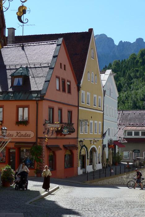 Pelas ruas da cidade de Fussen, na rota dos Alpes Alemães.