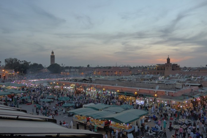 Viagem de mota a Marrocos e o por do sol em Marrakech na praça Jemaa el-Fna