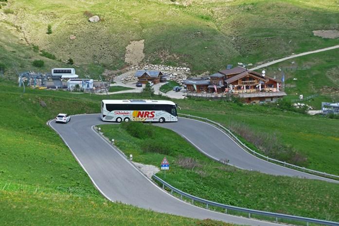 Viagem de mota aos Alpes - Dicas e informações. Autocarro no Passo Giau. Alpes Italianos