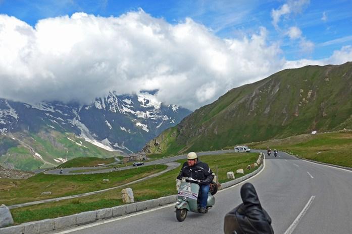 Vespas pelas curvas Alpinas em Grossglockner Áustria.