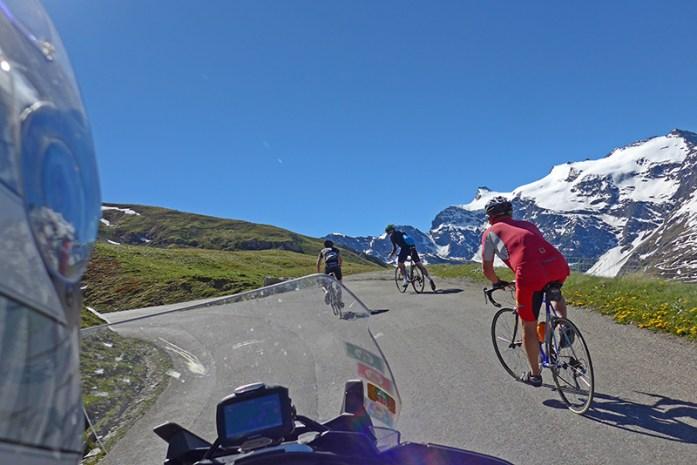 Ciclistas em Col de L'Iseran. Viagem de mota aos Alpes - Dicas e Informações