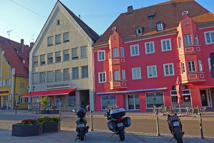 Estacionamento gratuito para motas no centro da cidade. Viagem de mota aos Alpes - Dicas e informações