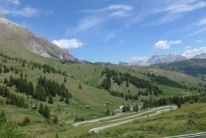 Roteiro de viagem de mota pelas curvas alpinas. Passo Gardena. Itália