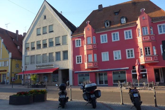 Estacionamento para motas no centro da cidade. Viagem de mota aos Alpes - Dicas e informações