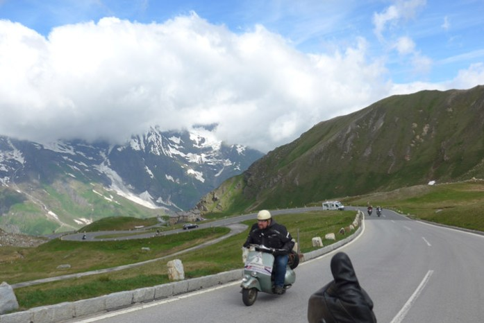 Pelas curvas Alpinas em Grossglockner Áustria.