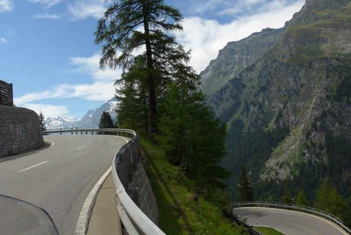 Viagem de mota pelas Estradas Alpinas. Maloja Pass. Suíça