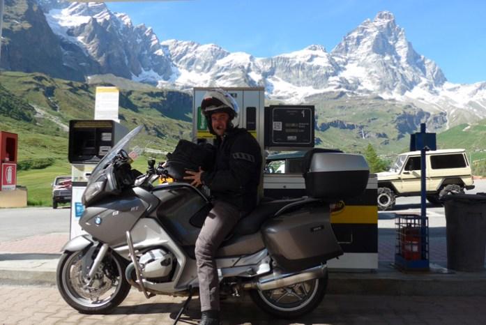 Em Vale D'Aosta. Breuil Cervinia com vista para a montanha Matterhorn