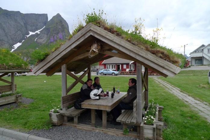 Zona de piquenique. Estação de Serviço na Noruega. Ilhas Lofoten