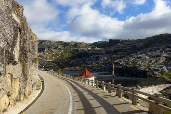 Roteiro de viagem de mota pela Serra da Estrela. Na Torre o ponto mais alto da serra.