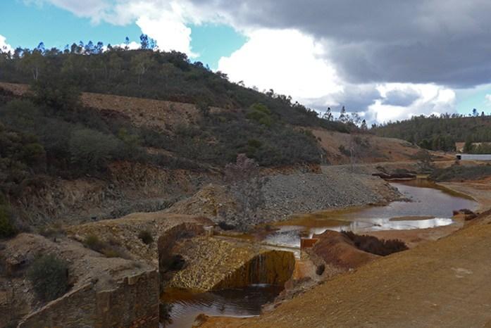 Àguas ácidas contaminadas em Minas de São Domingos.
