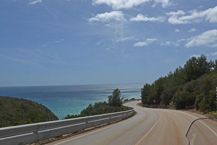 Estrada costeira entre Barrancão e Praia da Salema. Costa Vicentina Algarve