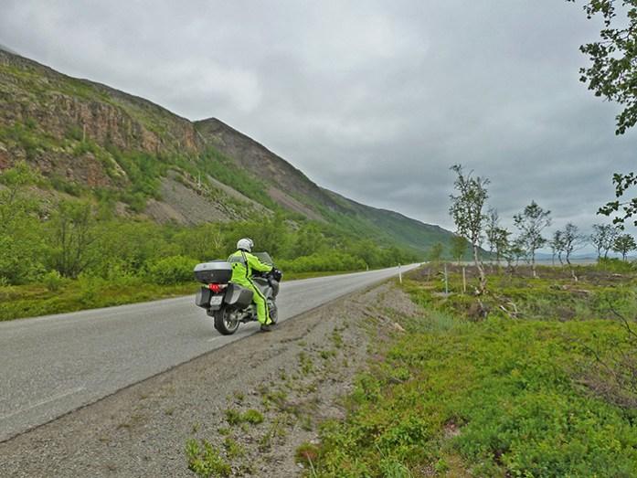 Porsangerfjorden pela Estrada E6 em Lakselv, Noruega.