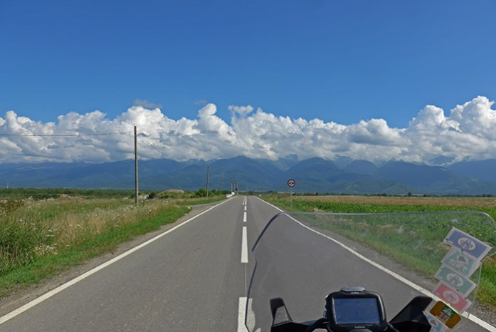 No vale do Rio Olt com as Fagaras Mountains ao fundo. Roménia