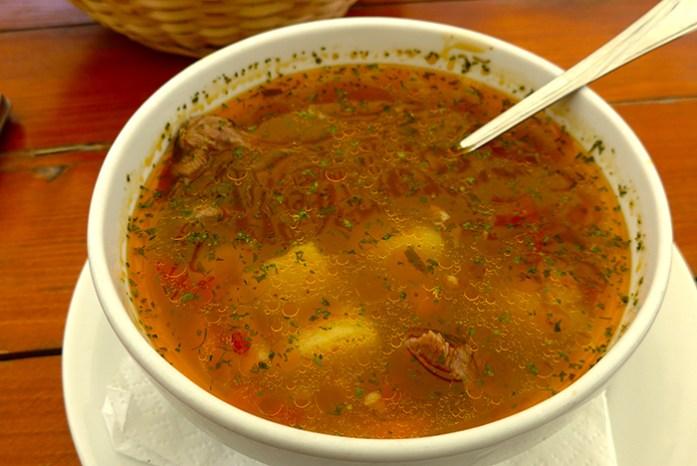 Beef soup. Sopa de legumes e carne de vaca. Roménia