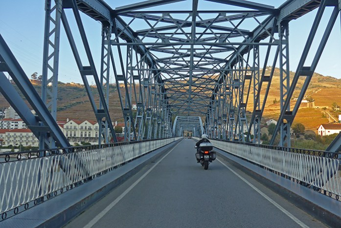 A ponte sobre o Douro no Pinhão. A caminho de Casal de Loivos