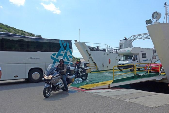 Roteiro pelos Balcãs. Ferry de pequenas travessias entre ilhas. Croácia.
