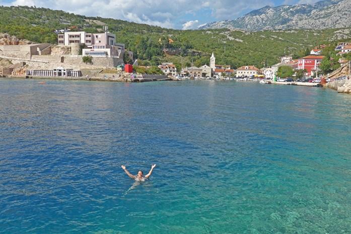 Roteiro pelos Balcãs. Praia em Jablanac. Cróacia
