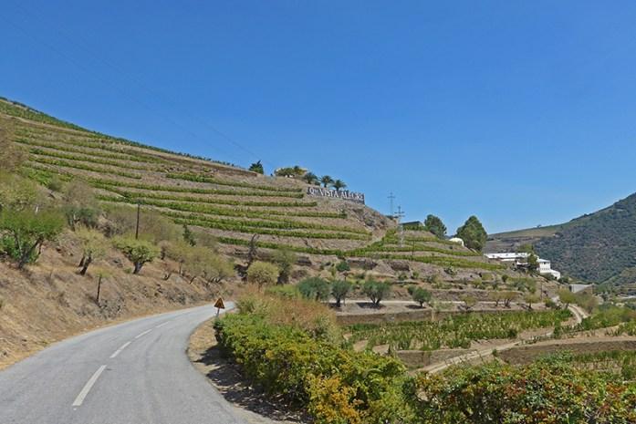 Estrada panorâmica no Douro Vinhateiro. Entre o Pinhão e Covelinhas.