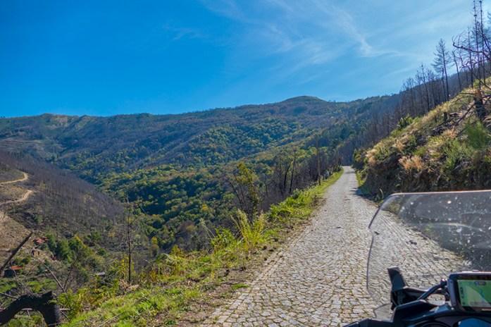 Estrada de acesso à Mata da Margaraça