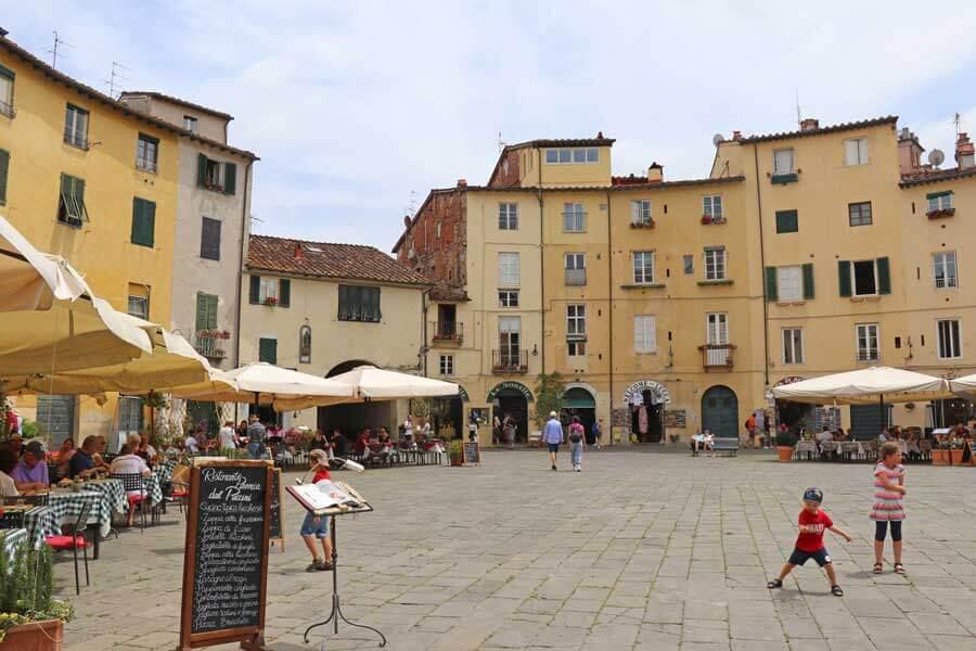 Piazza dell'Anfiteatro in Lucca