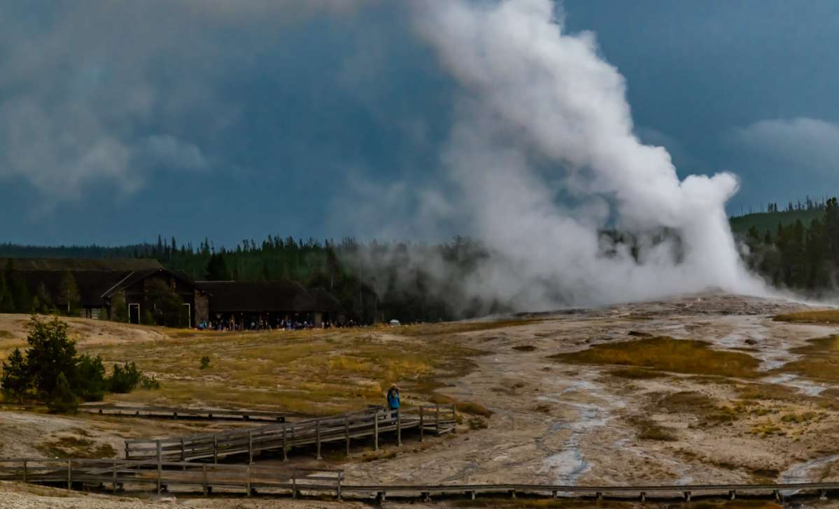 Se Old Faithful on a 4 day Yellowstone itinerary