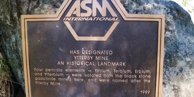 Marca en el pueblo de Ytterby donde se especifica que de una roca negra del mineral gadolinita extraída allí, se descubrieron cuatro elementos de la tabla periódica