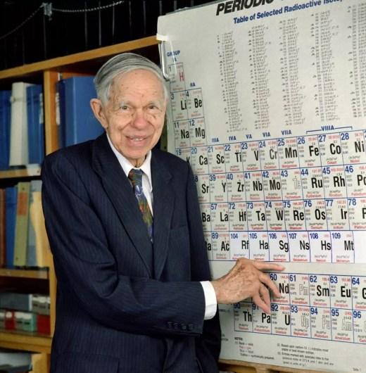 Glenn Seaborg señalando el elemento nombrado en su honor