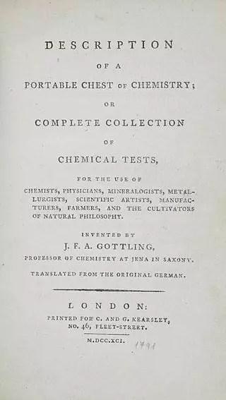 Primera página de Description of a Portable Chest of Chemistry or a Complete Collection of Chemical Tests, una de los primeros set de química o juego de química