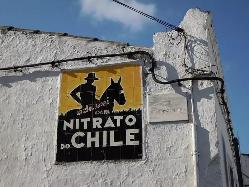 Anuncio de fertilizante de nitrato de sodio de Chile en un muro de un pueblo de la zona del Algarve en Portugal. Foto por stavros1 - Own work, CC BY 3.0, https://commons.wikimedia.org/w/index.php?curid=20502475