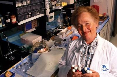 Gertrude Belle Elion en su laboratorio