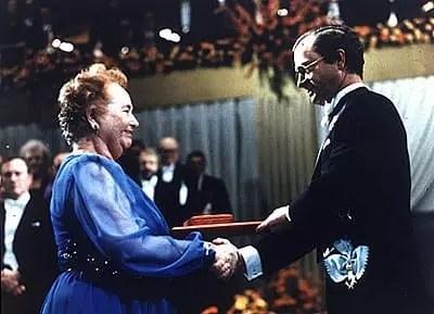Gertrude Belle Elion recibiendo el premio Nobel en 1988