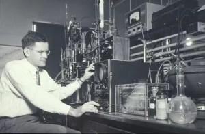 John D. Roberts en su laboratorio