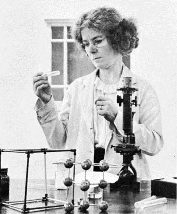 Kathleen Lonsdale analizando una muestra