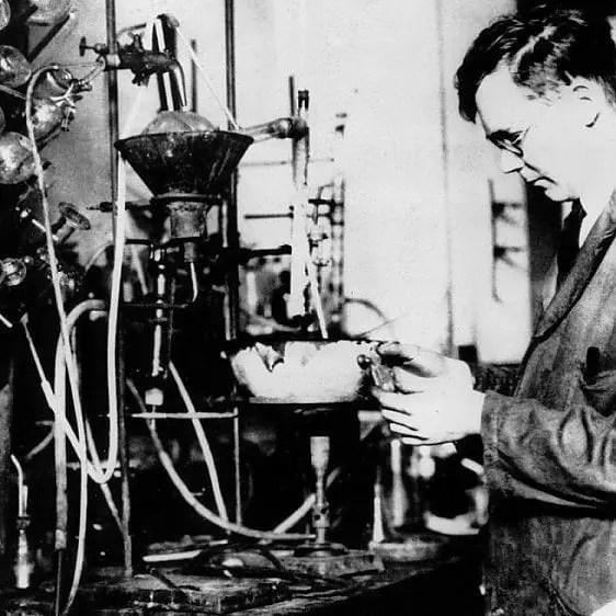 Wallace Carothers en su laboratorio