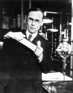 Wallace H. Carothers, aquí con neopreno, el primer caucho sintético de éxito comercial.