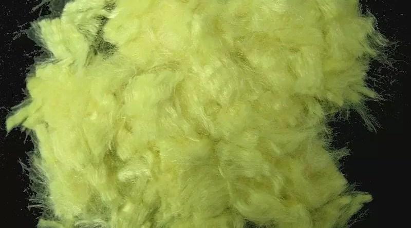 Fibra de aramida amarilla dorada (Kevlar). El diámetro de los filamentos es de unos 10 µm