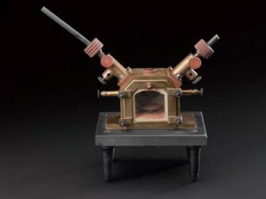 Modelo de Horno de Moissan pequeño, en la parte superior se observan los electrodos. Science Museum Group. Small Moissan electric furnace. 1946-233. Science Museum Group Collection Online. Accessed April 18, 2020.