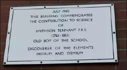 La placa conmemorativa de Smithson Tennant en el bloque de ciencias de los actuales edificios del Beverley Grammar School