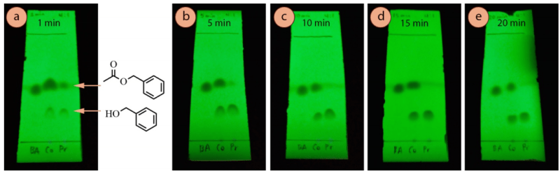 Figura 9: Monitoreo de la reacción de transesterificación de acetato de bencilo con TLC a incrementos de 5 minutos (usando como eluyente mezcla de hexanos: acetato de etilo 4:1 y visualizado con luz UV): a) Después de 1 minuto, b) 5 minutos, c) 10 minutos, d) 15 minutos, e) 20 minutos.